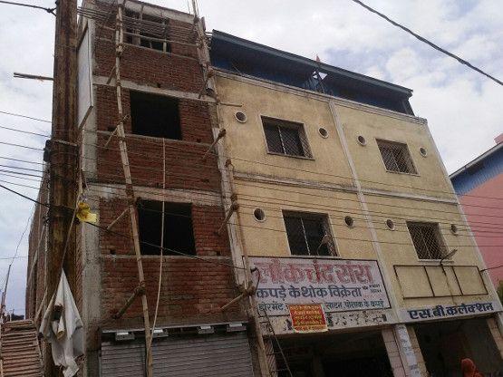 बांस के सहारे चढ़ा तीसरी मंजिल, कैमरा तोड़ा, उड़ाए हजारों रुपए, देखिए विडियो