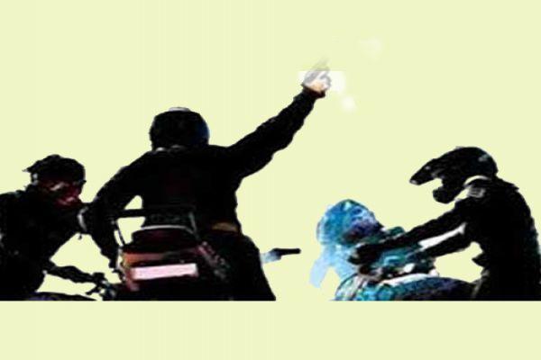 बाइक पर आए वे तीन युवक ले गए 12 लाख रुपए