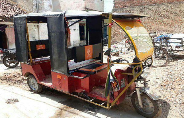 ई-रिक्शा की बैटरी साफ करते वक्त जोर की आवाज के साथ ब्रस्ट, चालक की आंखों में घुसा पानी