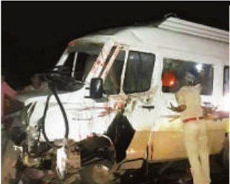 श्रद्धालुओं का वाहन पलटा, बहन की मौत, भाई सहित 13 घायल