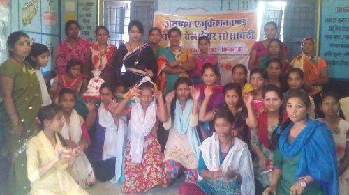 महिलाएं मुफ्त में सीख रहीं प्रोटीन पावडर बनाना