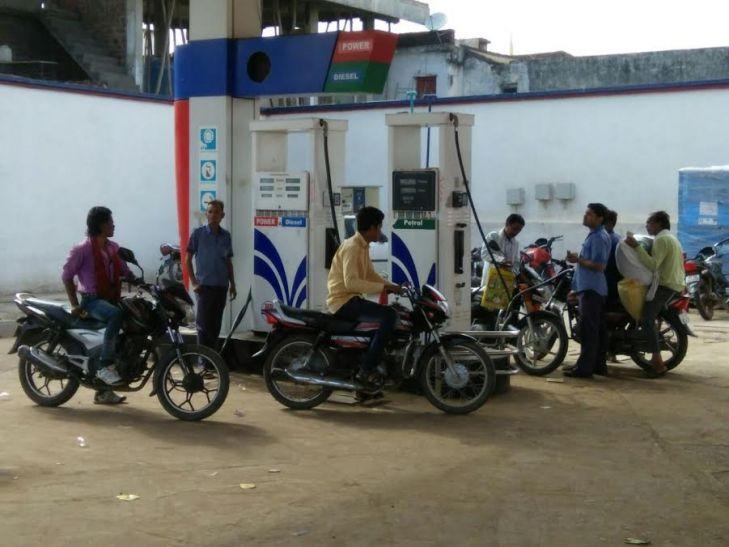 मनमानी: साधारण पेट्रोल नहीं है, लेना है तो पॉवर पेट्रोल लो
