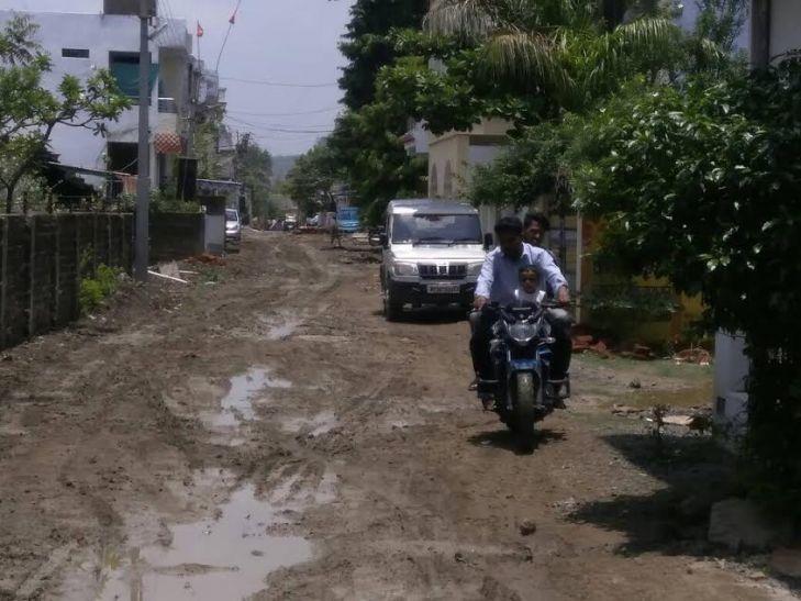 सीवेज लाइन के लिए खोद डाली सड़क, अब बारिश भर झेलो मुसीबत