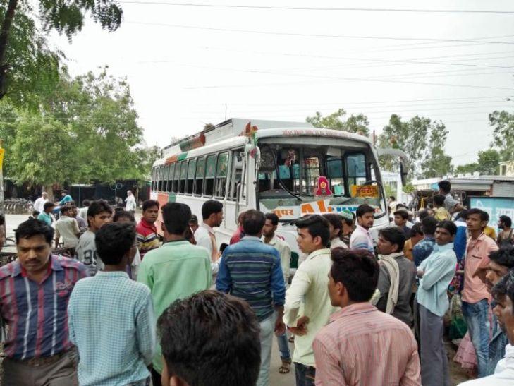 यात्री बस पर पत्थरों और लाठियों से किया हमला, चार लोग घायल