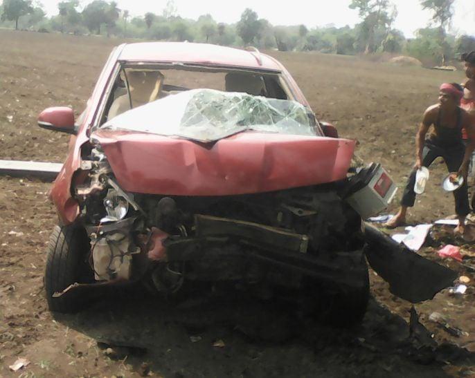 कार का टायर फटने से हादसा, एक परिवार के चार लोग घायल