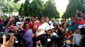 ...जब बाइक पर सवार हुईं यूपी सरकार की यह महिला मंत्री