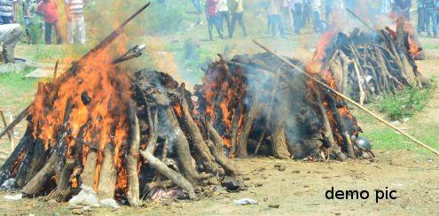 मां-बाप के शवों से लिपटी गई दोनों मासूम बेटियों की देह, फिर जलाई गई चिता