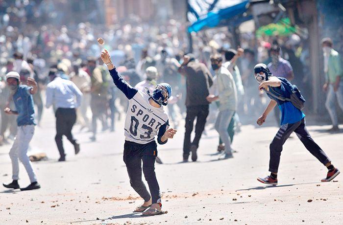 कश्मीर: ईद के मौके पर भी पथराव, पुलिस ने छोड़े आंसू गैस के गोले