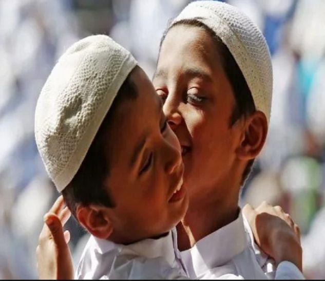 आजमगढ़ में हर्षो उल्लास के साथ मनाई गई ईद