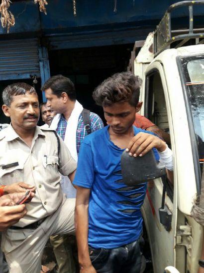 छात्राओं का मोबाइल लूटकर भागे लुटेरों को पब्लिक पुलिस ने पकड़ा