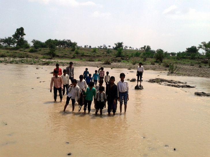बारिश में चार माह टापू में तब्दील होता जाता है गांव, स्वास्थ्य केन्द्र और न सड़क