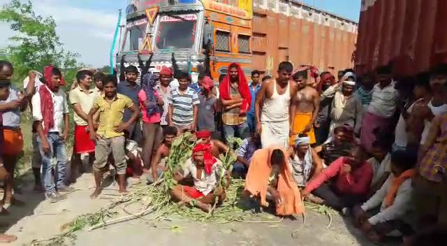 एआरटीओ की दबंगई से नाराज ट्रक ड्राइवरों ने सड़क जाम कर किया हंगामा