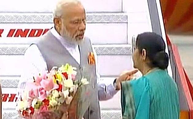 विदेश यात्रा से वापस लौटे पीएम मोदी, सुषमा स्वराज ने किया स्वागत