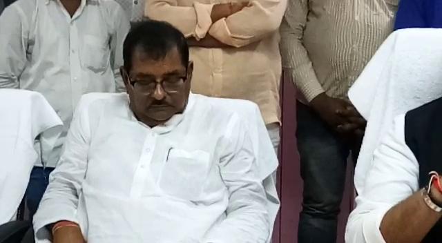 योगी के मंत्री दे रहे थे जनहित योजनाओं की जानकारी, सो रहे थे बीजेपी सांसद