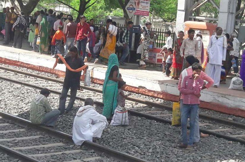 जब चीफ सेफ्टी आफिसर सुरक्षा जायजा ले रहे थे उसी दौरान लोग पटरियों पर बैठ ट्रेन का इंतजार कर रहे थे