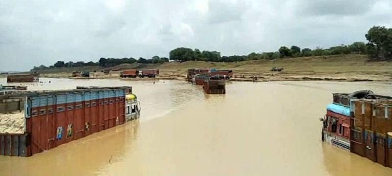यमुना नदी में आई अचानक बाढ़, कई गाड़ियां पानी में डूबी