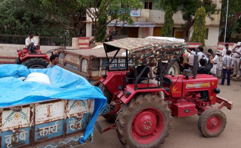 नेफेड की खरीदी बंद, किसानों ने मंडी कार्यालय के गेट पर लगाईं ट्रालियां