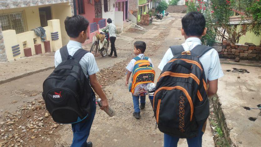 बच्चों पर बढ़ता बस्ते का बोझ