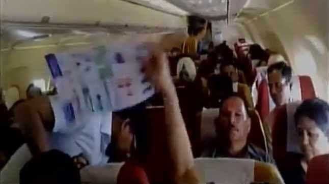 भारत में हवाई यात्रा के हाल- कहीं हवाई पट्टी पर गड्डे तो कहीं किताबें ही बनी पंखे