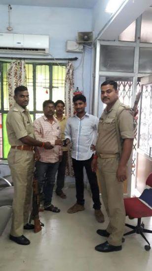 पुलिसकर्मियों ने पेश की ईमानदारी की मिसाल, रूपयों से भरा पर्स मालिक को लौटाया