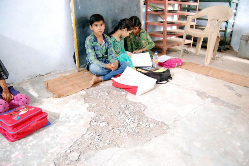 बीएसी की पत्नी ने बनवाया शाला भवन, पांच माह में ही टूटा, उखडऩे लगा फर्श