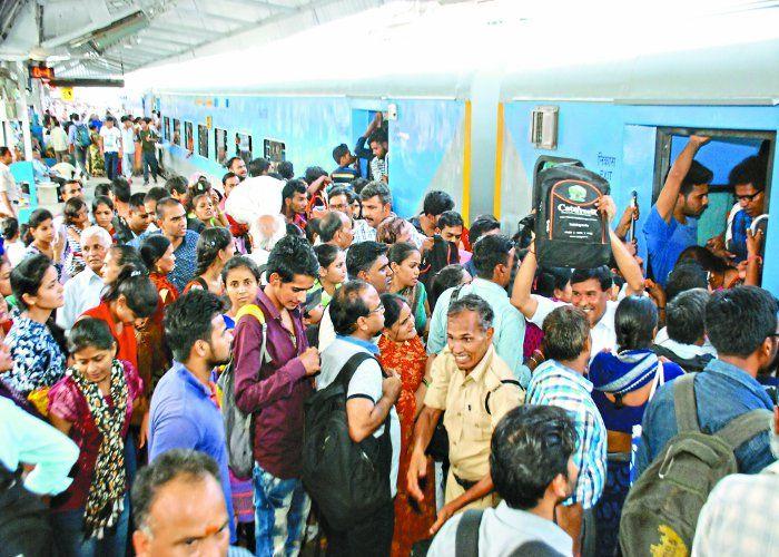 स्टेशन पर भक्तों की भीड़, ताज की तीन बार चेन पुलिंग, नहीं चढ़ पाए रिजर्वेशन वाले यात्री