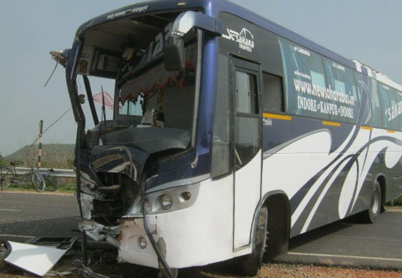 ट्रक ने बस में सामने से मारी टक्कर, 17 घायल, 12 गंभीर