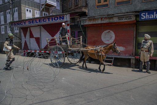 बुरहान की बरसी पर कश्मीर घाटी में तनाव, रोकी गई अमरनाथ यात्रा