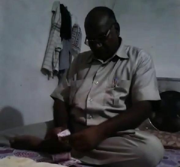 योगी राज में पुलिस अधिकारी का रिश्वत लेते वीडियो हुआ वायरल