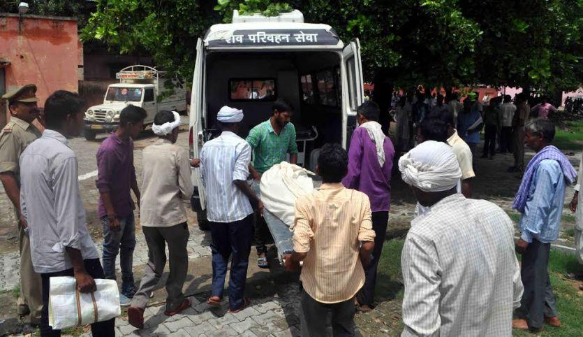 आजमगढ़ में जहरीली शराब पीकर मरने वालों की संख्या 17 हुई, पीड़ितों से मिलने पहुंचे नेता