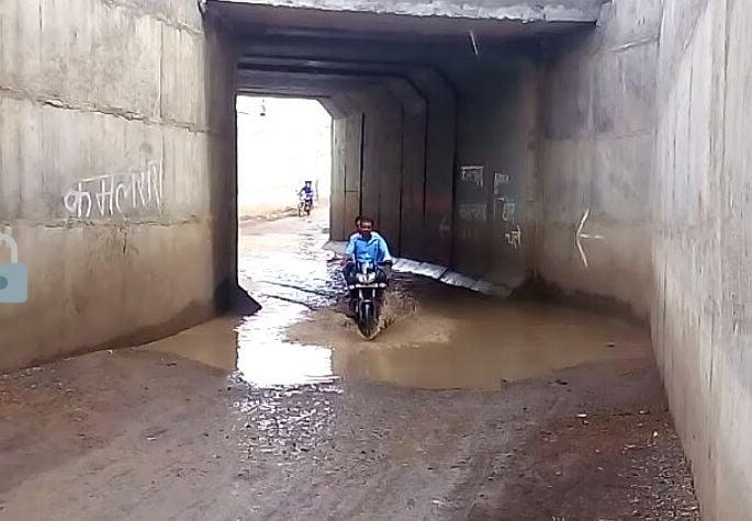 थोड़ी सी बारिश में ही अंडरब्रिज बना तालाब