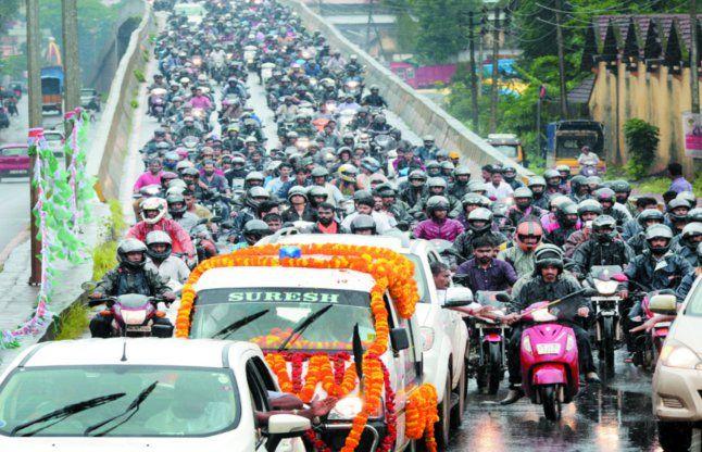 आरएसएस कार्यकर्ता की शवयात्रा पर पथराव