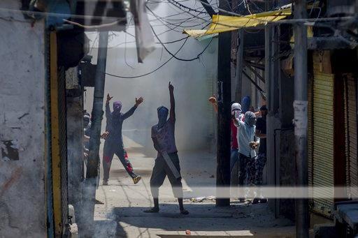 बुरहान की बरसी पर कश्मीर घाटी में भड़की हिंसा, तस्वीरें