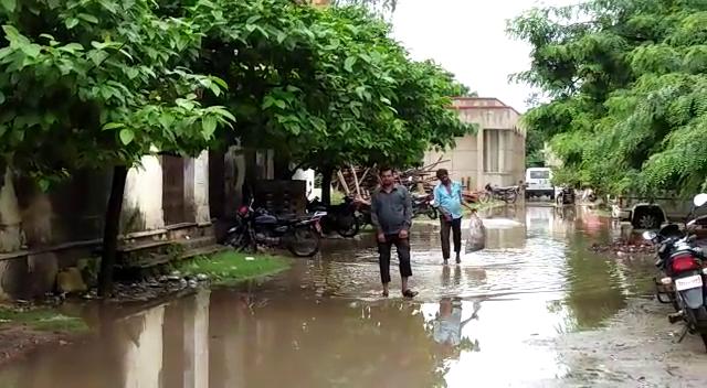 बारिश ने बिगाड़ी शहर की सूरत, सड़कों पर भरा पानी