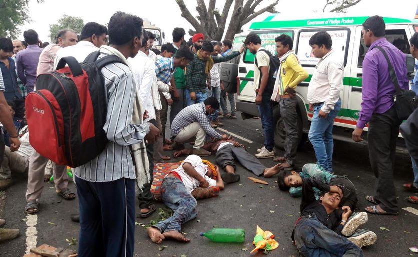 श्रद्धालुओं से भरा ट्रक पेड़ से जा टकराया, दो की मौत, 25 घायल