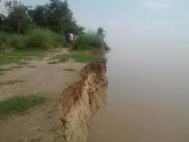 खतरे के निशान की तरफ बढ़ रही घाघरा नदी, दहशत में ग्रामीण
