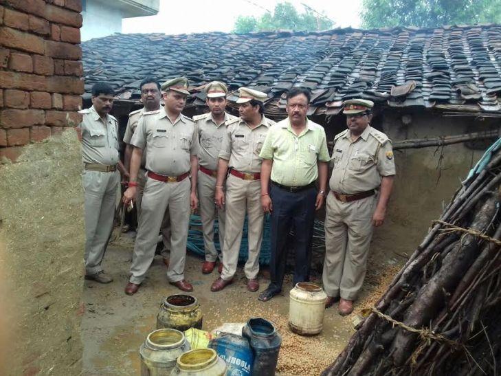 आजमगढ़ में मौत के बाद जागा प्रशासन, आबकारी विभाग ने की ताबड़तोड़ छापेमारी