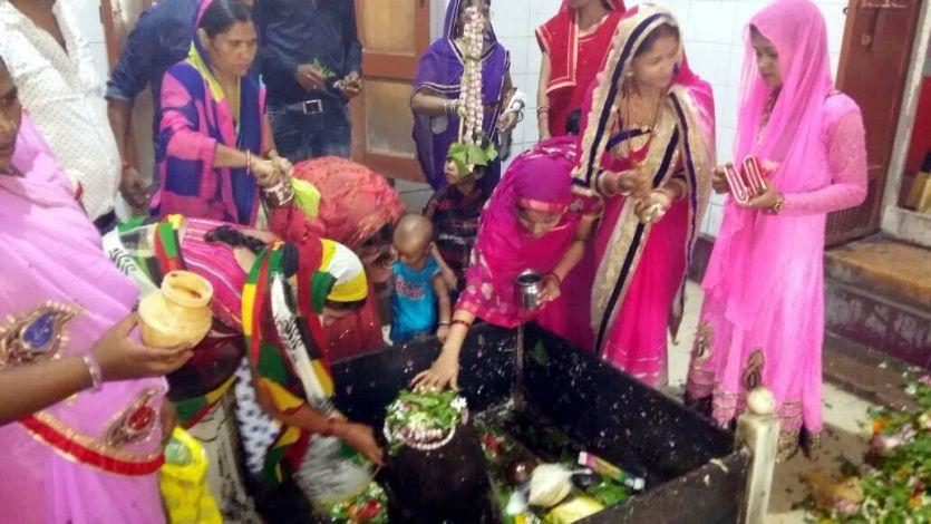 शिव मंदिरों में जलाभिषेक के लिए श्रद्धालुओं की भारी भीड़
