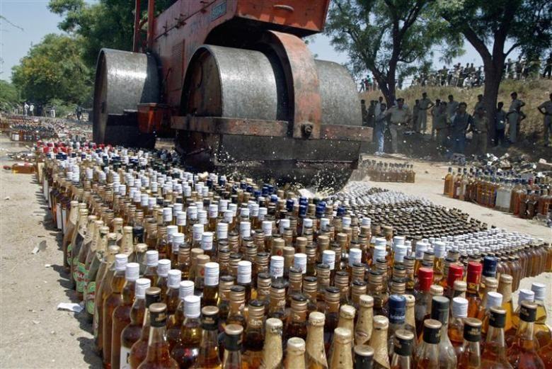 अवैध शराब कारोबार के खिलाफ यूपी पुलिस करने जा रही बड़ी कार्रवाई, जहरीली शराब से आजमगढ़ में हो चुकी है 26 की मौत