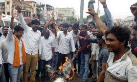 इलाहाबाद में आतंकवाद के खिलाफ सड़क पर उतरे बीजेपी और युवा वाहिनी के लोग