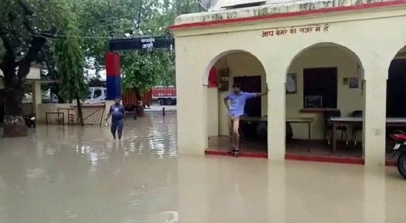 थाना बना तालाब, पुलिसकर्मियों के आवासीय परिसर में भी घुसा पानी
