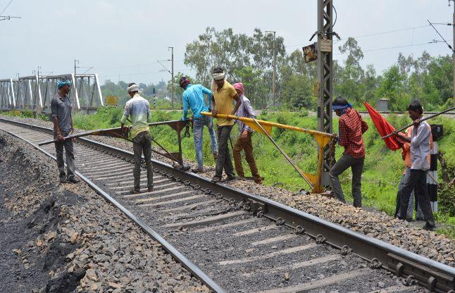मेंटेनेंस के लिए बंद रही अप रेल लाइन, सर्वमंगला नगर फाटक पर लोग होते रहे परेशान