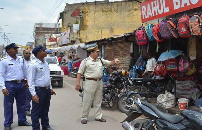 सड़क से हटाई गई दुकानें, नो पार्किंग में खड़े वाहनों पर ठोका चालान