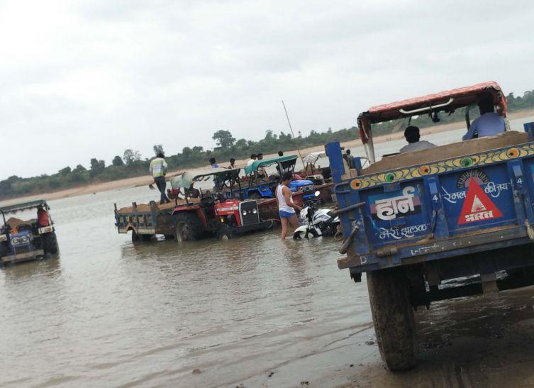 कागजों की शोभा बढ़ा रहे नर्मदा को बचाने के प्रयास, ट्रैक्टर-ट्रालियों को नदी में खड़ा कर किया जा रह रेत का अवैध परिवहन