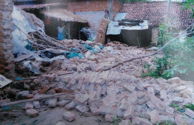 बारिश में भरभराकर ढह गई मकान की दीवार और बन गई महिला की कब्र
