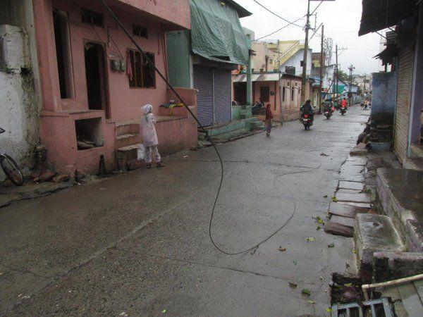 डीपी में हुआ धमाका, बीच सड़क पर टूटा बिजली का तार