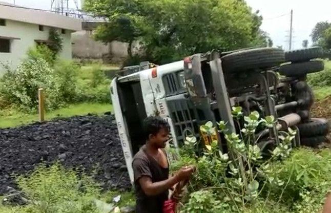 गनीमत है कि पलट गई बेकाबू ट्रक, नहीं तो बस्ती में पसर जाता मातम, देखिए वीडियो