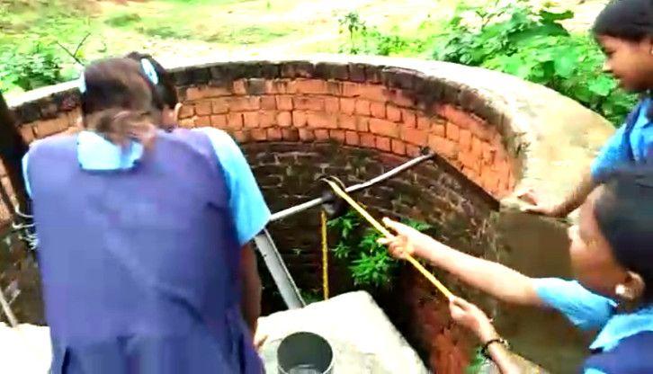 Video- जब स्कूल पहुंचते हैं बच्चे तो उन्हें पानी के लिए भेज देते हैं मौत जैसे कुएं में