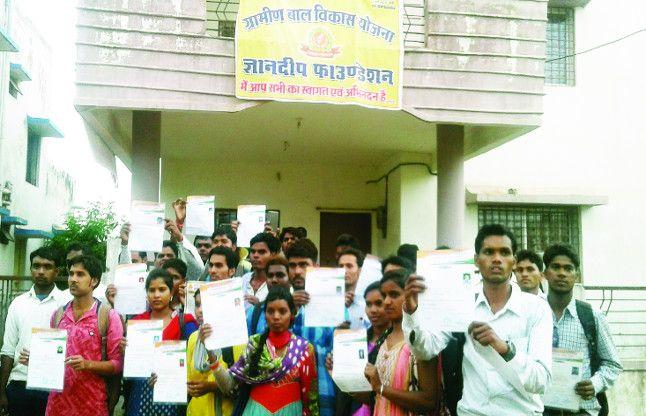 10-10 हजार रुपए लेकर कमरे में बांट रहे थे डीईओ और बीईओ की नौकरी