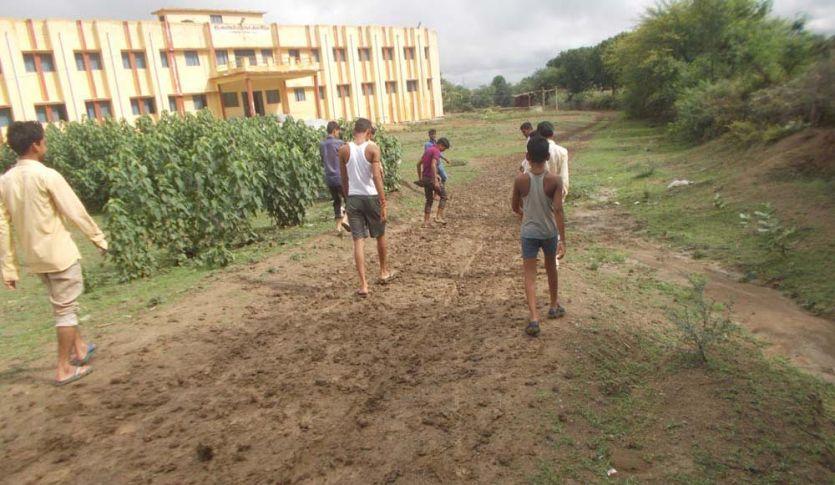 छात्रावास का रास्ता कीचड़ से सना, जूते-चप्पल हाथ में लेकर जाते हैं छात्र